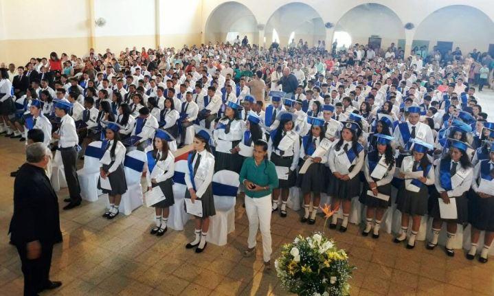 Los nuevos bachilleres de la Unidad Educativa Raymundo Aveiga de Chone.