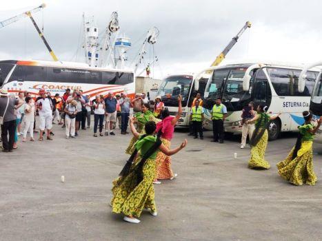 La Administración municipal de Manta recibió con danza folclórica a los turistas internacionales que llegaron a bordo del crucero Queen Victoria.