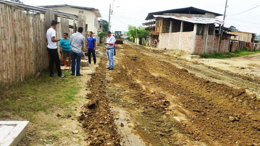Una calle del Barrio Emilio Hidalgo, de Chone, donde pueden verse las cajas de revisión del nuevo alcantarillado. Manabí, Ecuador.