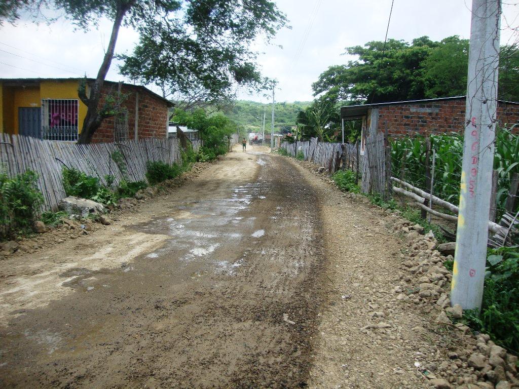 Lastre compactado y nivelado sobre una calle del Paraíso de los Robles, Montecristi. Manabí, Ecuador.