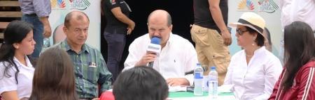 Carlos Bergmann Reyna habla durante un programa radial emitido desde la ciudad de Montecristi. Manabí, Ecuador.