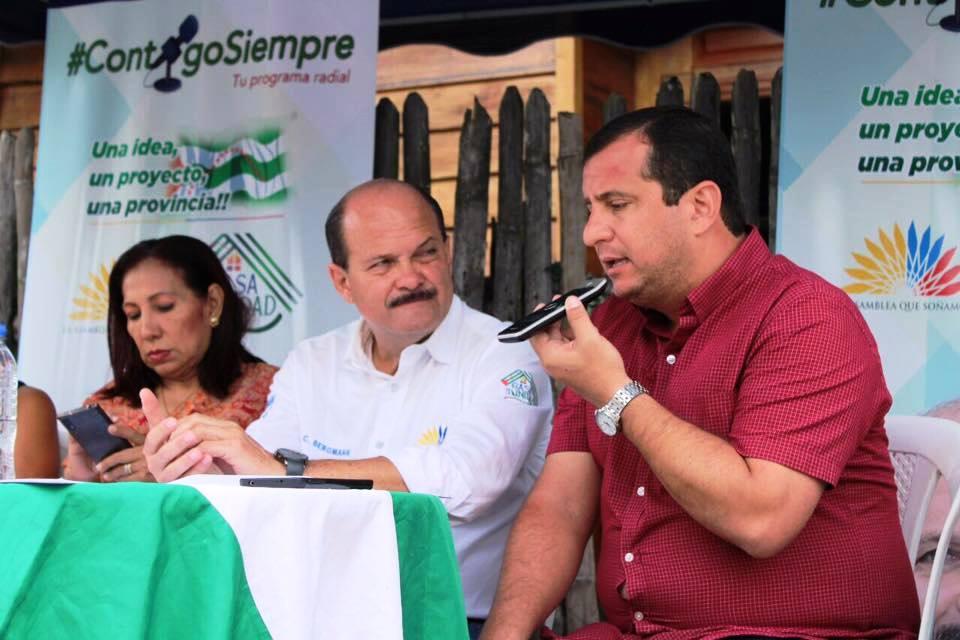 Escena de un programa radial conducido por el asambleísta manabita Carlos Bergmann Reyna. Manabí, Ecuador.