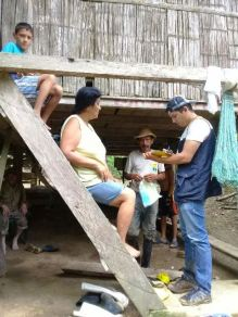 Un censista del Gobierno municipal de Chone recoge información de los daños sufridos en El Tillo.