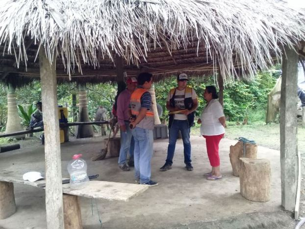Bajo la sombra de la ramada, en El Tillo, los moradores informan de la tempestad y sus consecuencias.