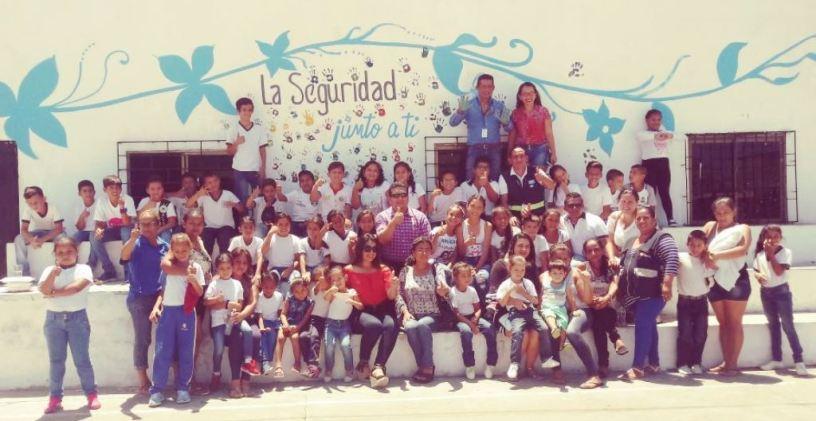 Niños del Barrio La Florita de Manta posan al culminar un curso de seguridad organizado por la Administración municipal. Manabí, Ecuador.