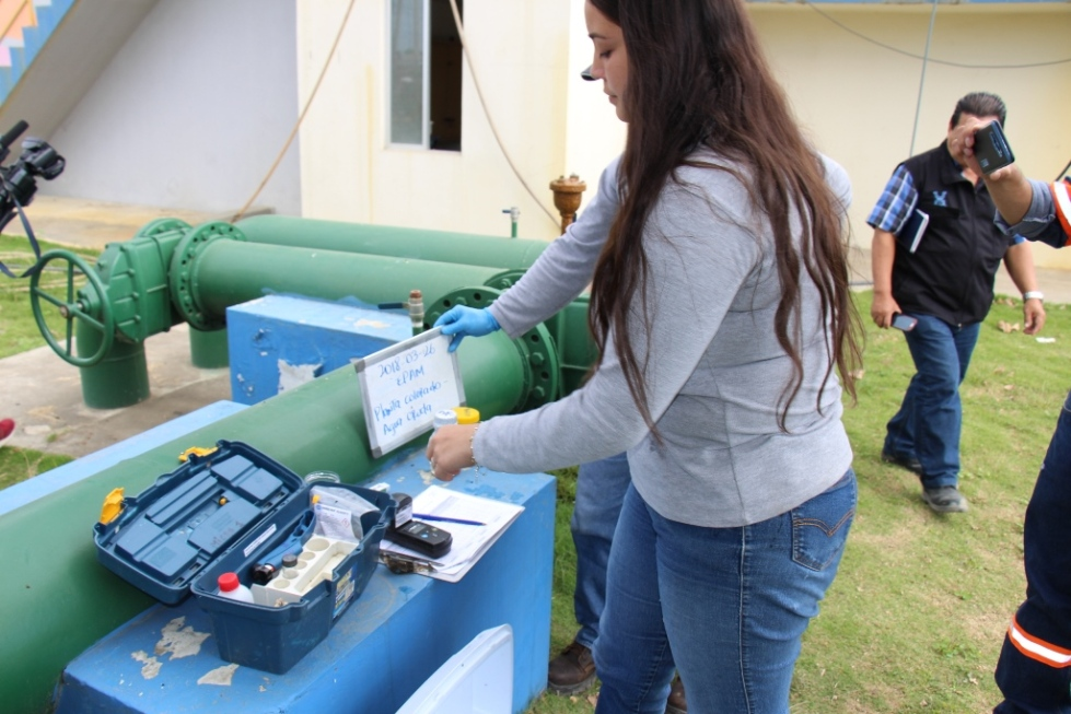 Una laboratorista codifica las muestras de agua potabilizada, tomadas de los depósitos de la planta de Colorado. Manabí, Ecuador.