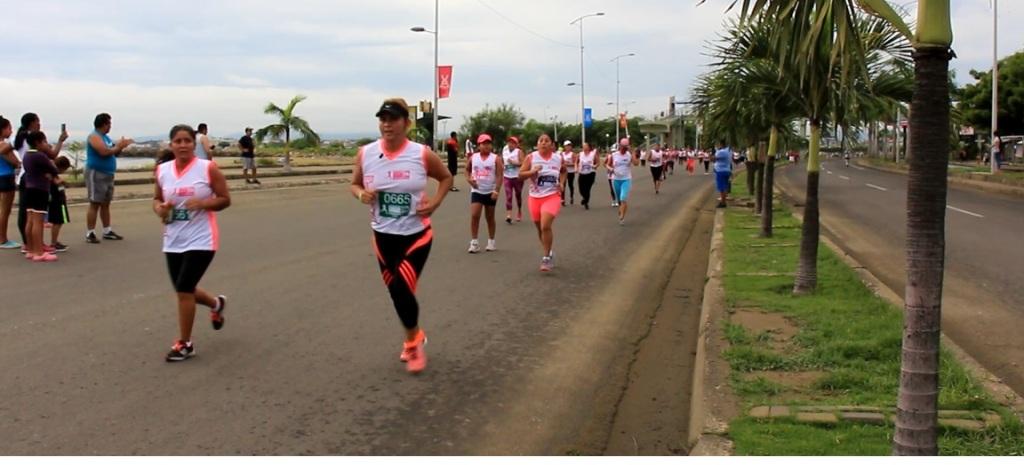 """Mujeres corredoras participan en la carrera inclusiva """"Diosa Umiña"""" de 2017, en Manta. Manabí, Ecuador."""