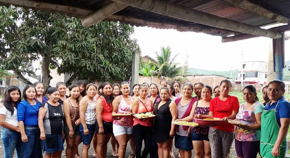 Mujeres de Estancia Las Palmas, Montecristi, muestran bocadillos preparados en el taller de un curso de cocina gourmet. Manabí, Ecuador.