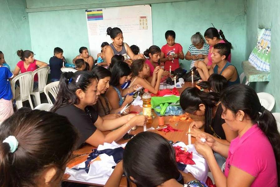 Mujeres de comunidades rurales de Montecristi participan en un taller de manualidades. Manabí, Ecuador.