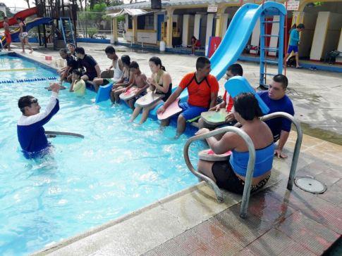 Curso de natación adaptada o inclusiva, patrocinado por la Administración municipal de Chone.