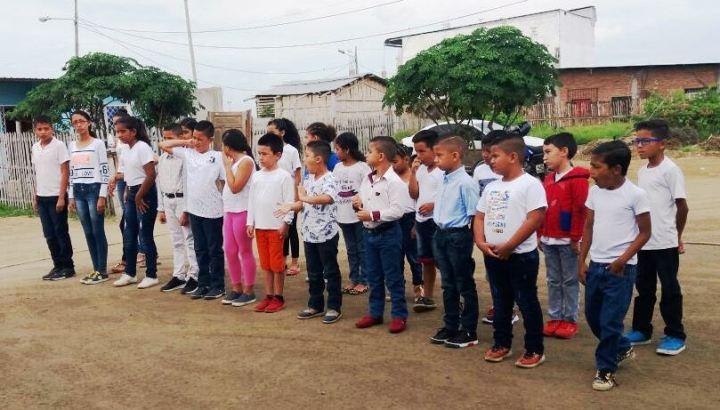 Niños del Barrio Costa Azul de Manta, posan después de culminar un curso de seguridad personal. Manabí, Ecuador.