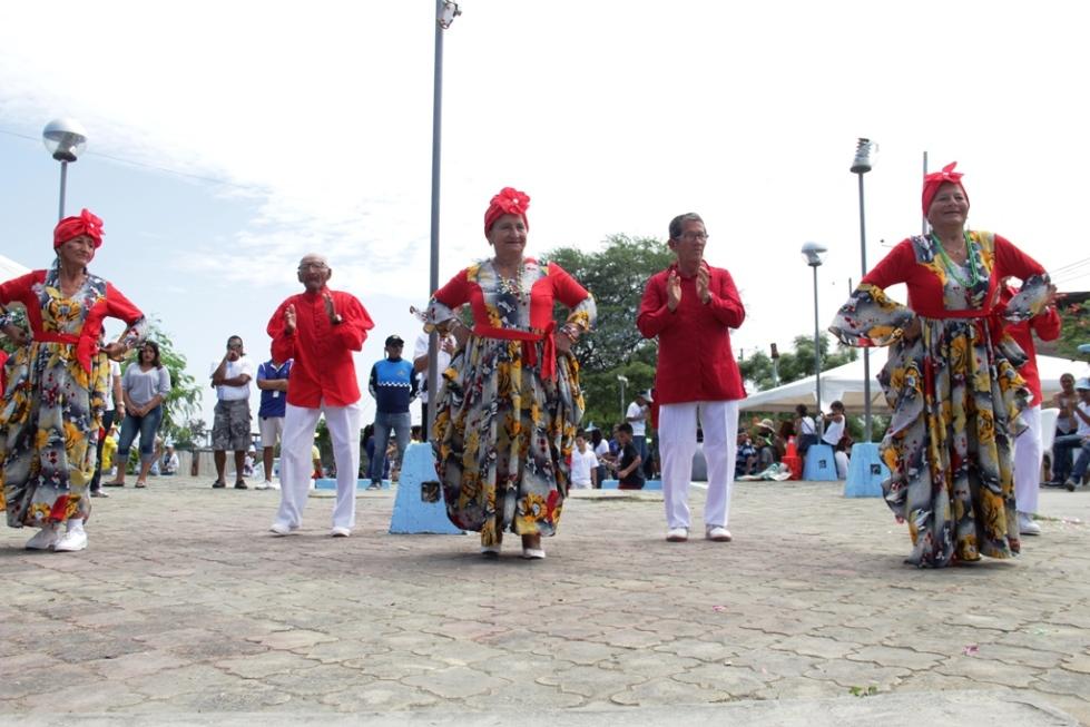 Ejecutando una danza folclórica, en la primera Olimpíada de Juegos Tradicionales en Manta. Manabí, Ecuador.