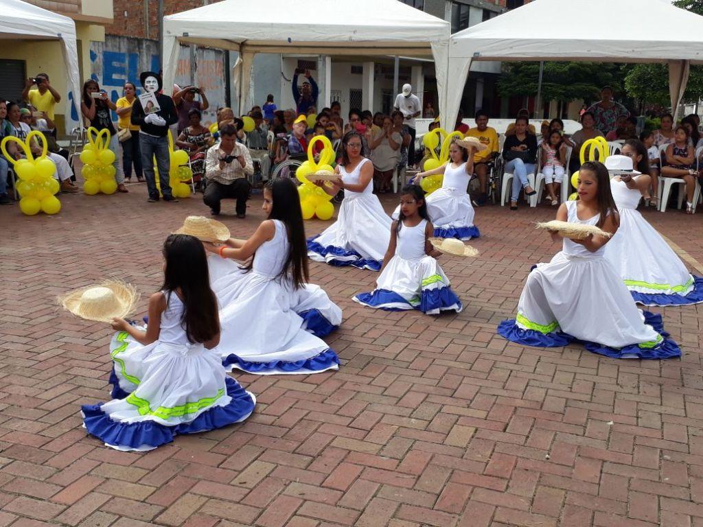 Niñas en una coreografía danzística por el Día Internacional del Síndrome de Down, en Chone. Manabí, Ecuador.