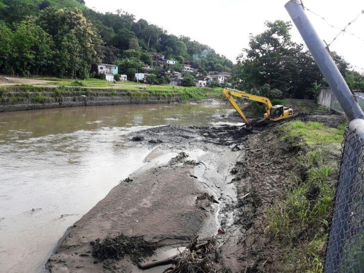 Sedimentación acumulada en el punto del Río Chone donde la planta potabilizadora toma el agua. Manabí, Ecuador.