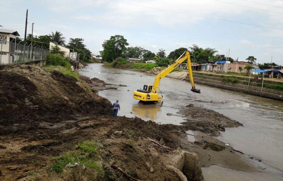 Una pala mecánica saca sedimentos acumulados en la toma de agua de la planta potabilizadora de Chone. Manabí, Ecuador.