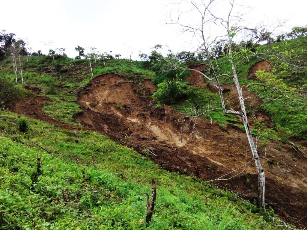 Deslaves en sitio El Tillo, Parroquia Ricaurte de Chone. Manabí, Ecuador.