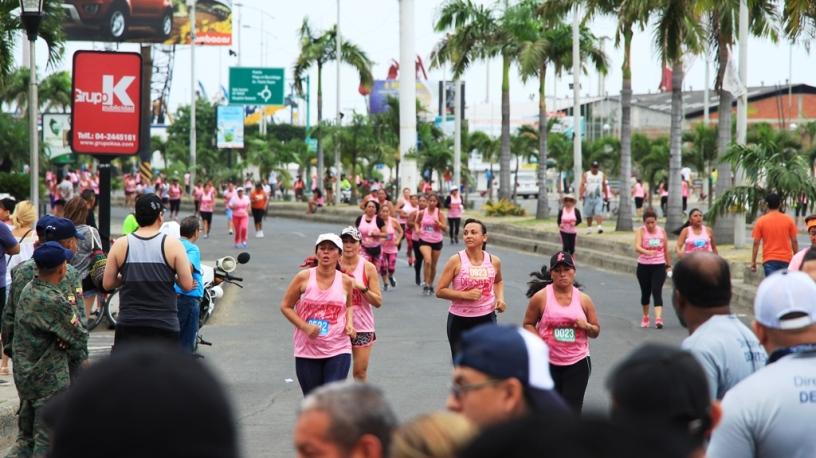 Mujeres de Manta corren por la avenida sobre el malecón de Manta, en la prueba denominada Diosa Umiña 5K, tercera edición. Manabí, Ecuador.
