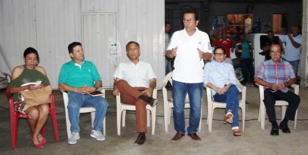 El alcalde de Manta expone enfrente de la comunidad barrial Costa Azul. Manabí, Ecuador.