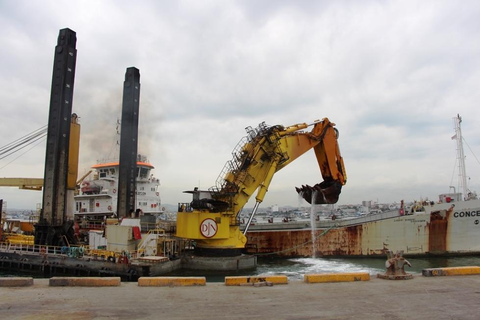 Dragado en el puerto internacional de Manta. Manabí, Ecuador.