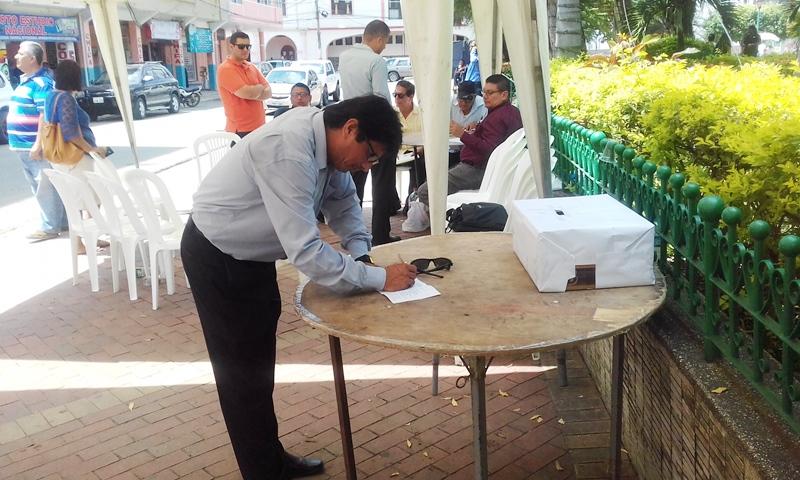 Un elector sufraga para escoger los nuevos directivos del Club de Abogados de Chone. Manabí, Ecuador.