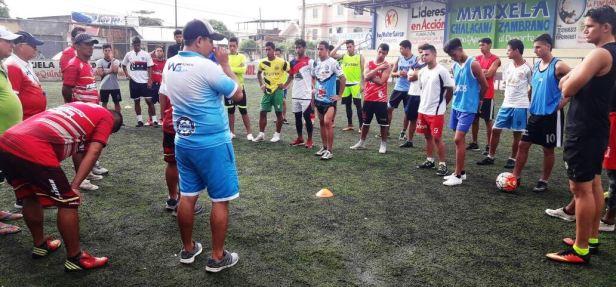 Charla del profesor Néxar Andrade a sus dirigidos del equipo de fútbo,Grecia, de Chone. Manabí, Ecuador.