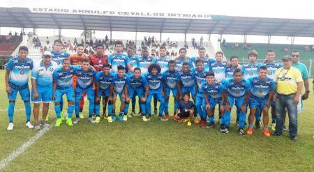 Jugadores del equipo Grecia, de Chone, posan en el Estadio Arnulfo Cevallos Intriago. Manabí, Ecuador.