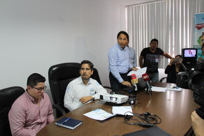 Funcionarios de la alianza empresarial Epam-Veolia informan a los periodistas en Manta. Manabí, Ecuador.
