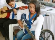 Sus dificultades físicas no les impiden ser buenos guitarristas.