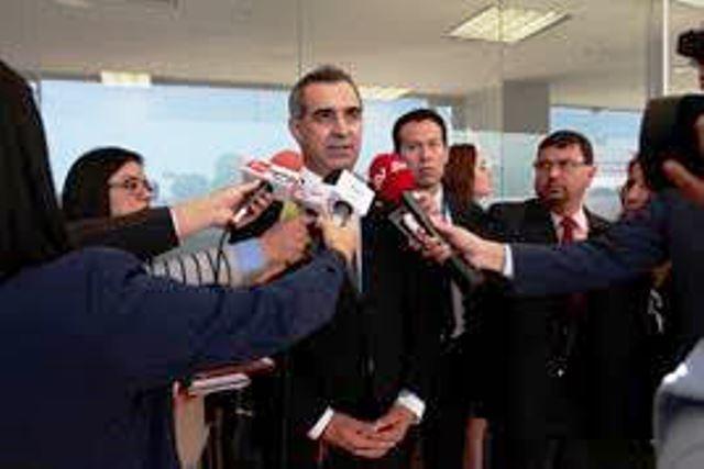 Gustavo Jalkh, presidente del Consejo Nacional de la Judicatura, responde a periodistas en la sede de la Asamblea de la República del Ecuador, en Quito.