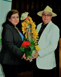 El folclorista Eumeny Álava Párraga la agasajó con flores de su jardín.