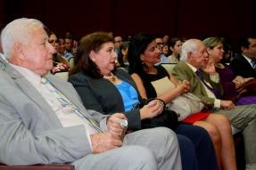 La homenajeada consta aquí, entre el alcalde Ramón González Álava y familiares de ella.
