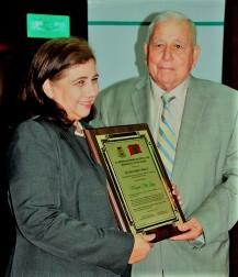 Recibiendo la placa municipal que le entregó el alcalde Ramón González Álava.
