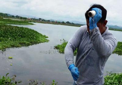 Un ambientalista toma muestras del agua estancada en el Humedal La Segua, Parroquia San Antonio de Chone. Manabí, Ecuador.
