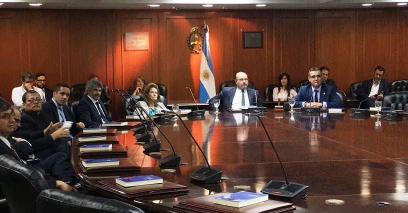 Gustavo Jalkh (der.), presidente del Consejo de la Judicatura de Ecuador, expone en la Magistratura de Argentina, en Buenos Aires.