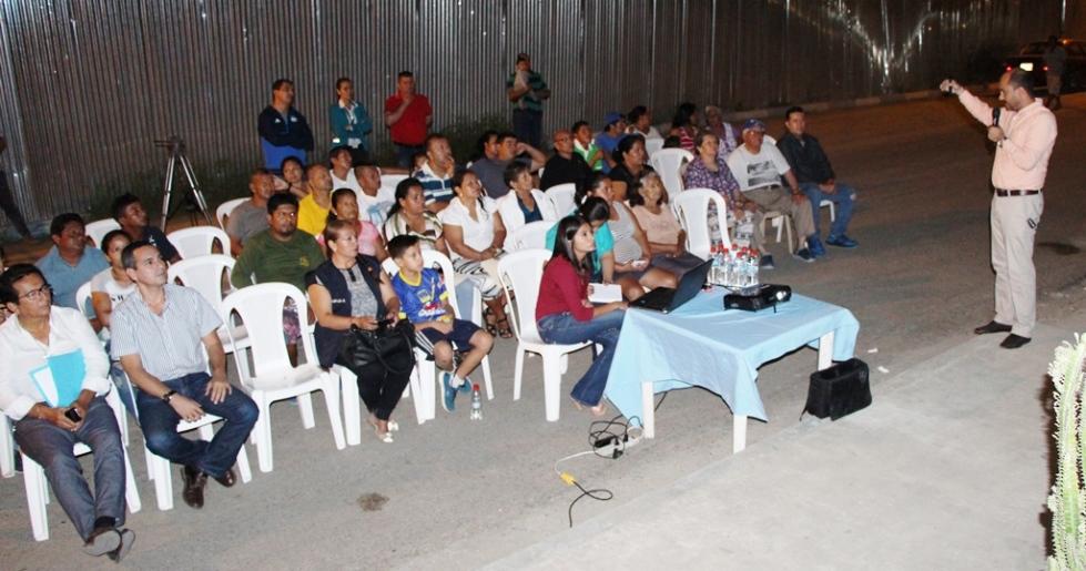 Juvenal Zambrano, director municipal de Planificación Urbana de Manta, detalla el proyecto de museo naval a construirse en Tarqui. Manabí, Ecuador.