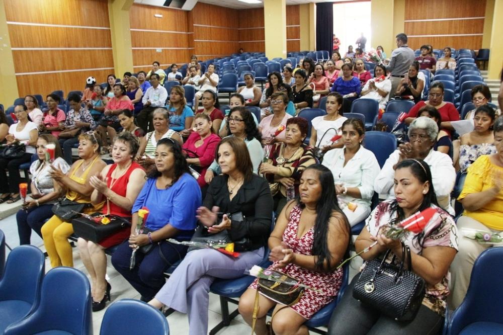 En el Salón Jumpachi Inoue del Patronato municipal de Manta, 104 lideresas barriales fueron premiadas por su gestión. Manabí, Ecuador.