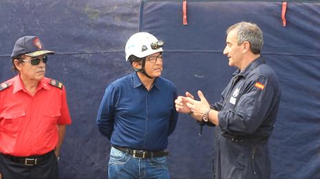 El comandante Manuel Gallego, de los Bomberos Unidos Sin Fronteras, de España, explica pormenores del simulacro al alcalde Jorge Zambrano y al comandante de los bomberos de Manta, Sofonías Rezabala.