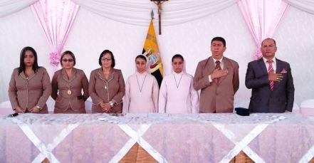 Mesa de autoridades en la ceremonia oficial de graduación de bachilleres de la UE Santa Mariana de Jesús, de Chone.