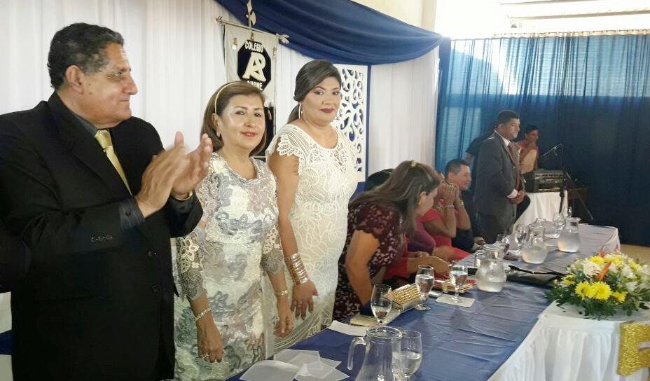 Mesa de autoridades en la ceremonia oficial de graduación de los bachilleres de la UE Raymundo Aveiga de Chone.