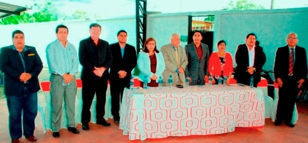 Ramón González Álava, alcalde del Cantón Bolívar, posa con los invitados especiales a su rendición de cuentas 2017. Manabí, Ecuador.