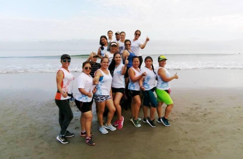 Grupo de mujeres posa en la playa de El Murciélago, Manta, después de hacer cardio power. Manabí, Ecuador.
