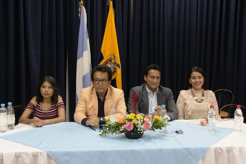 Luisa Reyes, Jorge Zambrano, Johnny Mera y Lady García, presiden el acto municipal de premiación a lideresas barriales de Manta. Manabí, Ecuador.