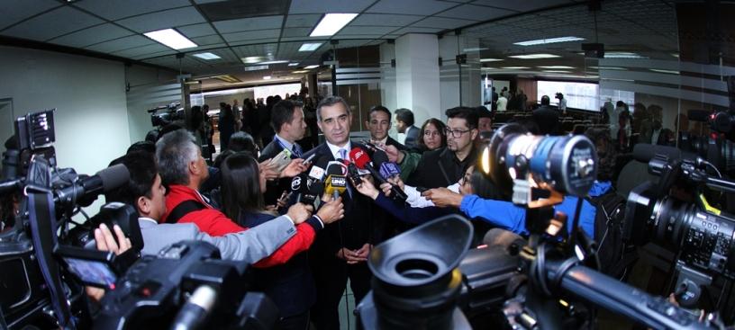 Gustavo Jalkh responde a los periodistas, en Quito.