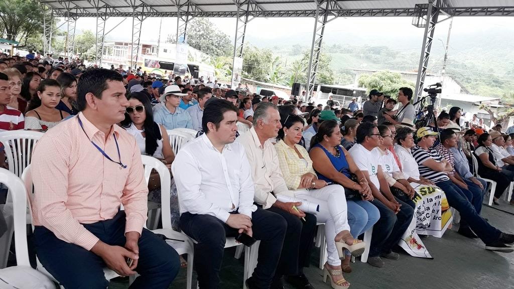 Productores agropecuarios de la zona norte de Manabí, reunidos en la cancha de la cabecera parroquial de Ricaurte, Chone. Manabí, Ecuador.