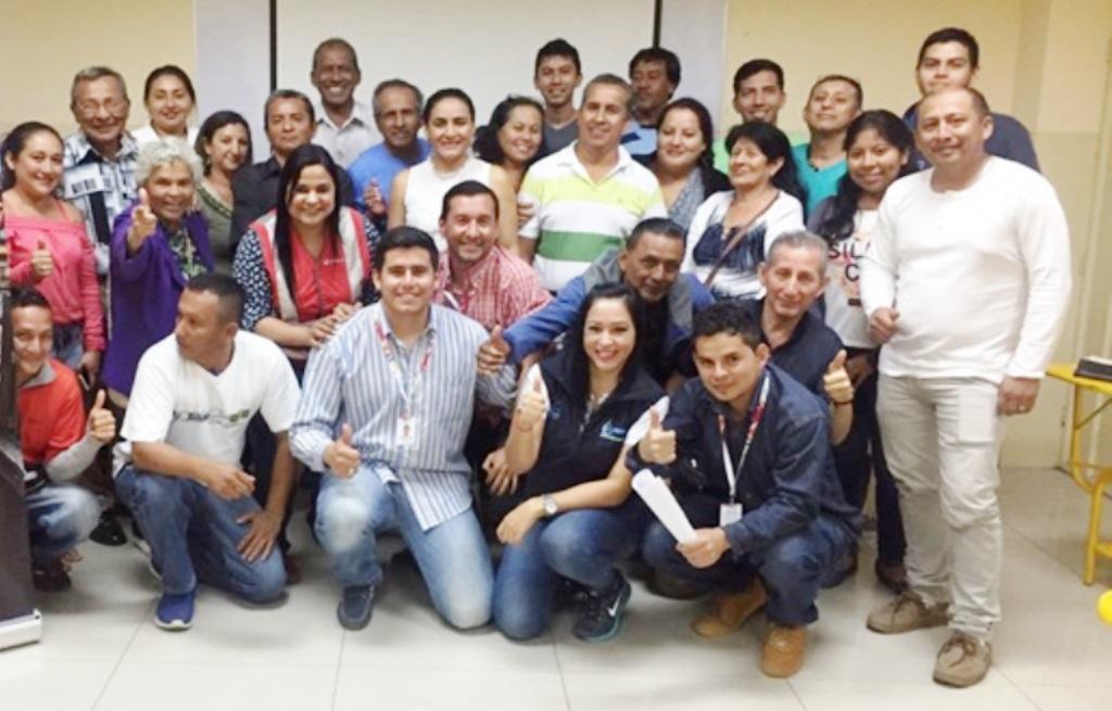 Moradores del Barrio Santa Martha de Manta celebran con funcionarios de la EPAM que la feria de premios a los mejores usuarios de febrero 2018 se haga en su sector. Manabí, Ecuador.