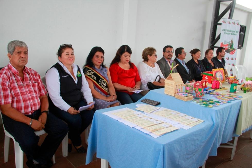 Mesa directiva del acto de clausura de una jornada de vinculación social con los adultos mayores de Calceta, Cantón Bolívar. Manabí, Ecuador.