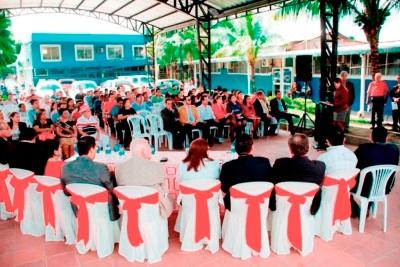 La alta dirección del Gobierno municipal de Bolívar, reunida con sus invitados en el acto de rendición de cuentas del ejercicio fiscal del año 2017. Manabí, Ecuador.