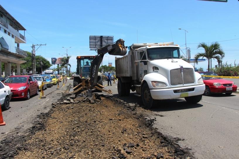 Trabajos de reparación de la Avenida Jaime Chávez Gutiérrez (malecón) de Manta. Manabí, Ecuador.