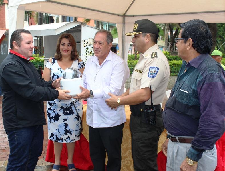 ECU 911 Manabí entregó 3 videocámaras al Municipio de Chone para vigilancia pública. Manabí, Ecuador.