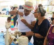 En el Centro de Atención Integral el tiempo se emplea haciendo artesanías diversas.